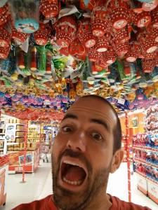 Eu debaixo de uma tonelada de ovos de chocolate num supermercado brasileiro